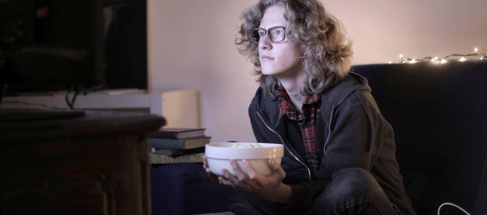 Mies katsoo elokuvaa
